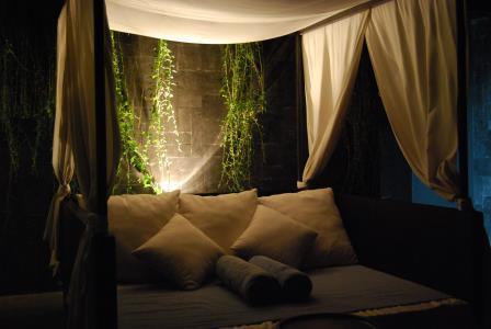 憧れの天蓋付ベッド。心地よく癒されるベッドルームスタイリングの秘密とは